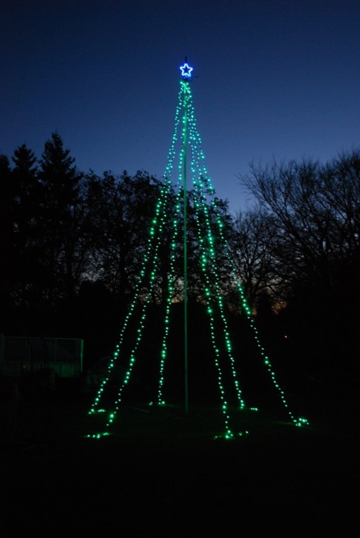 Decoration Ideas Simple But Chic Outdoor Christmas Tree With Single Throughout Current Hanging Outdoor Christmas Tree Lights (View 2 of 20)