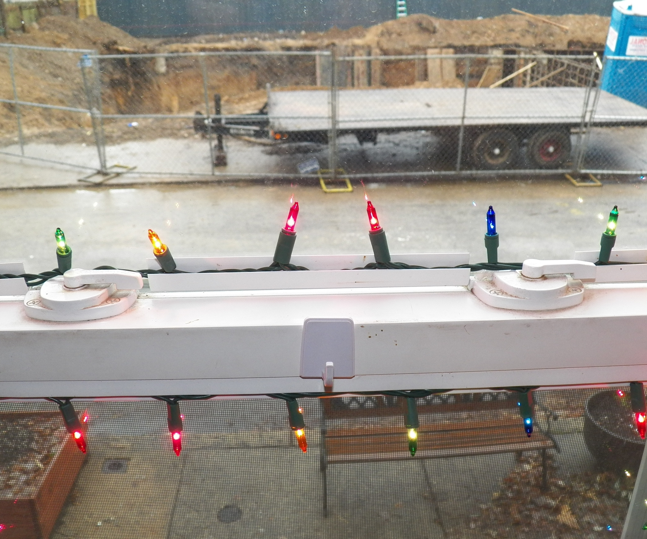 Light Installation For Vinyl Windows Within Newest Hanging Outdoor Christmas Lights Around Windows (View 13 of 20)