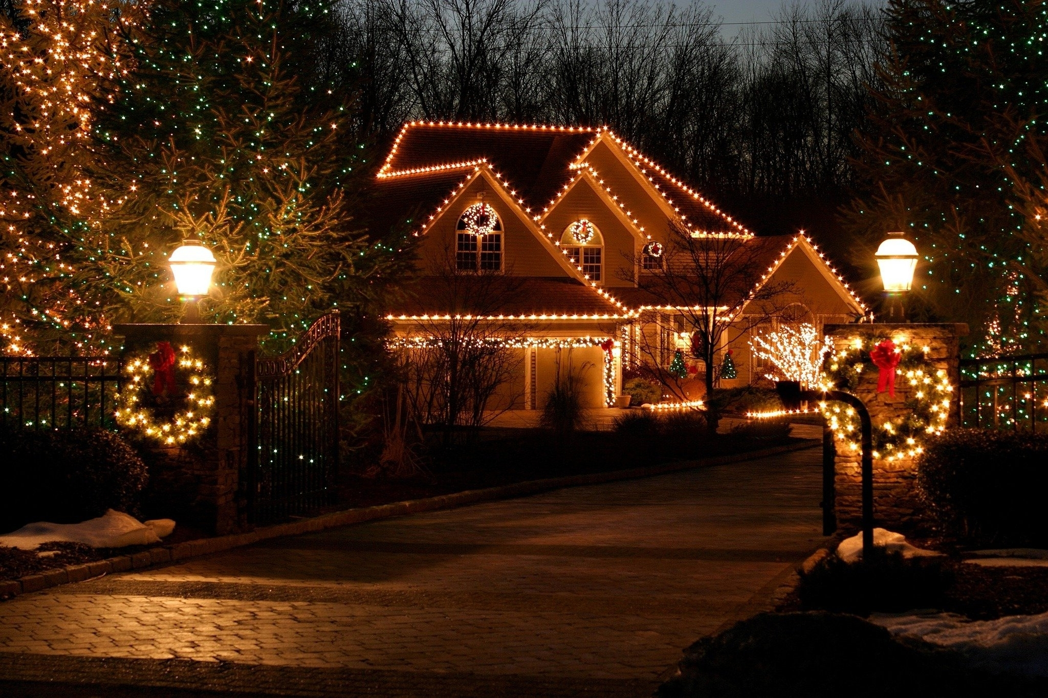 Most Current Putting Up Outdoor Christmas Lights Is Easier With Expert Tips For In Outdoor Hanging Xmas Lights (View 7 of 20)