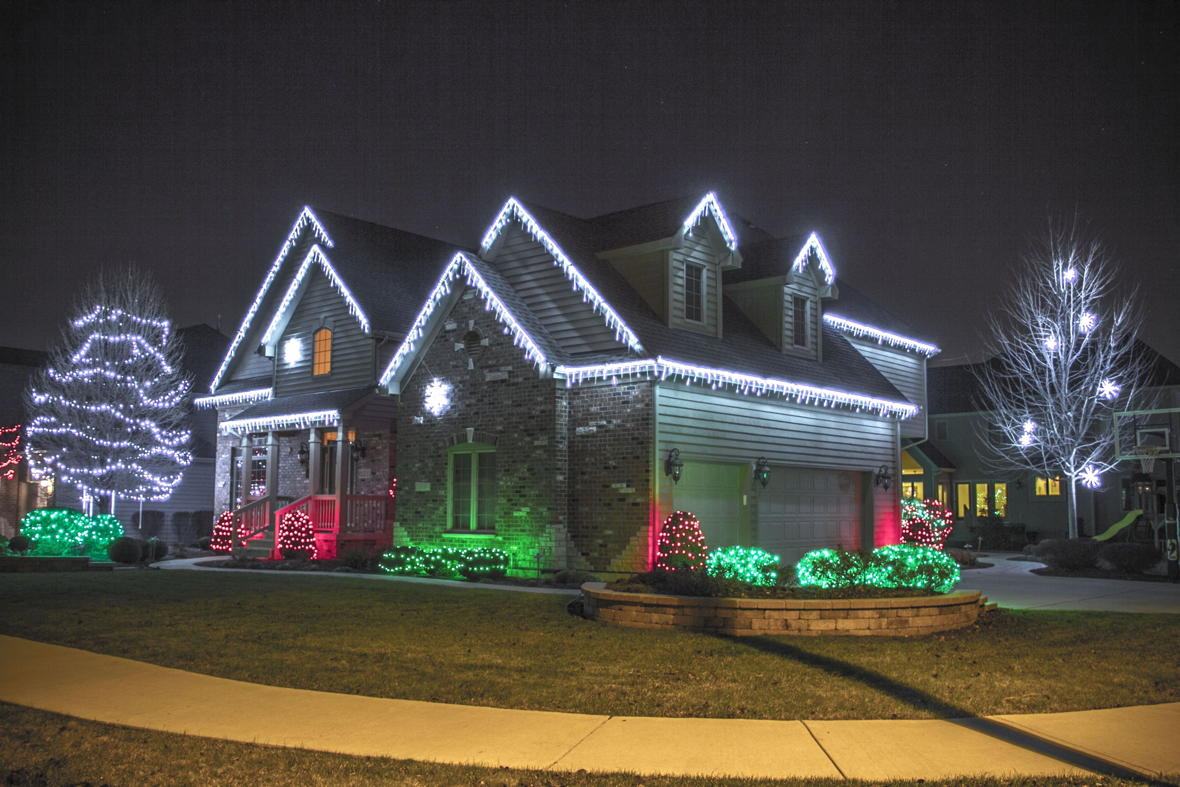Outdoor Hanging Icicle Lights For Widely Used Outdoor Christmas Lights Ideas For The Roof (View 13 of 20)