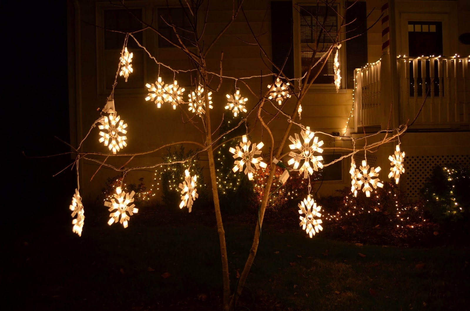 Outdoor Hanging Snowflake Lights Throughout Best And Newest In The Little Yellow House: Outdoor Christmas Lights At Night (View 17 of 20)