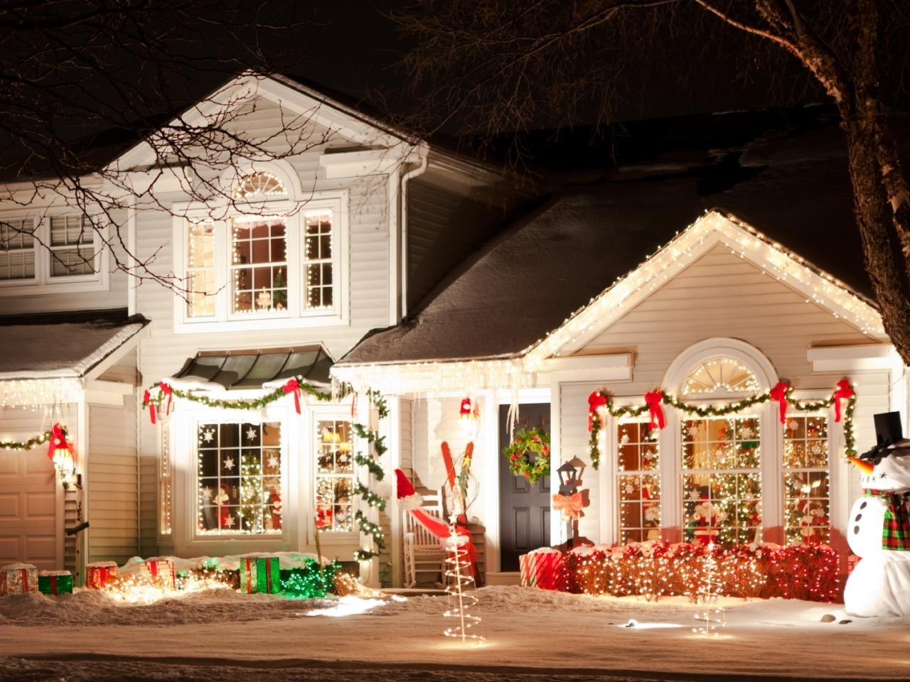 Trendy Outdoor Hanging Xmas Lights Within How To Hang Christmas Lights (View 16 of 20)