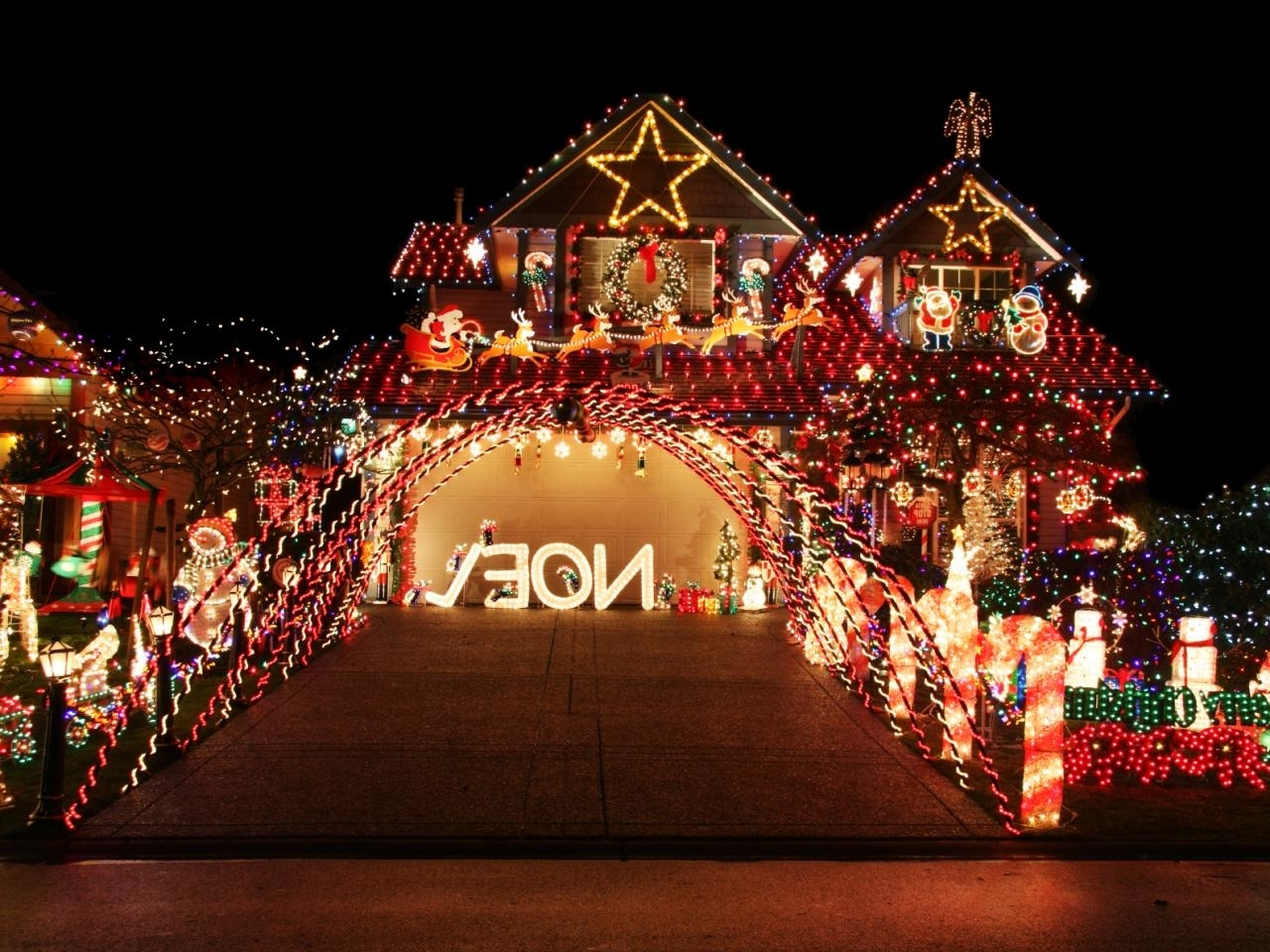 Trendy Outdoor Wall Xmas Lights Intended For How To Hang Christmas Lights (View 17 of 20)