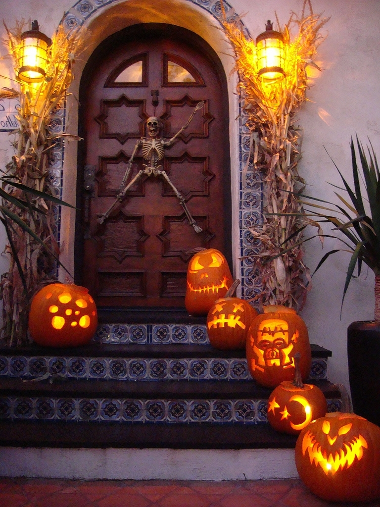 125 Cool Outdoor Halloween Decorating Ideas – Digsdigs Within 2019 Outdoor Pumpkin Lanterns (View 14 of 20)