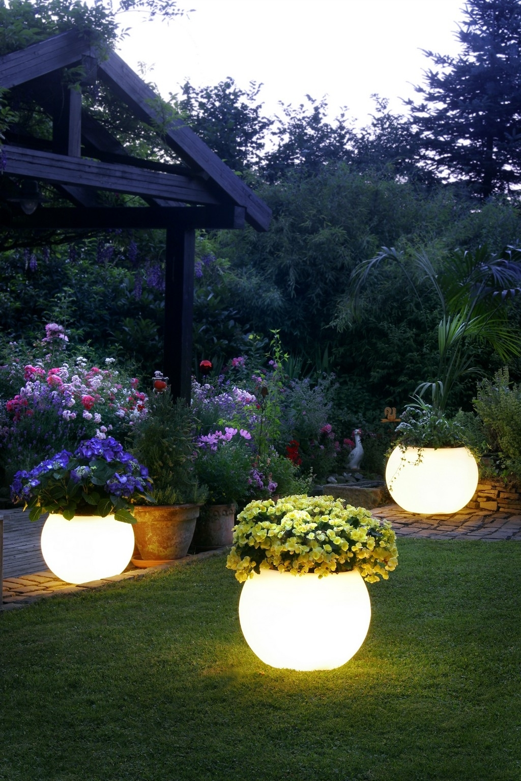 Favorite 9 Amazing Ideas For Outdoor Party Lighting (View 7 of 20)