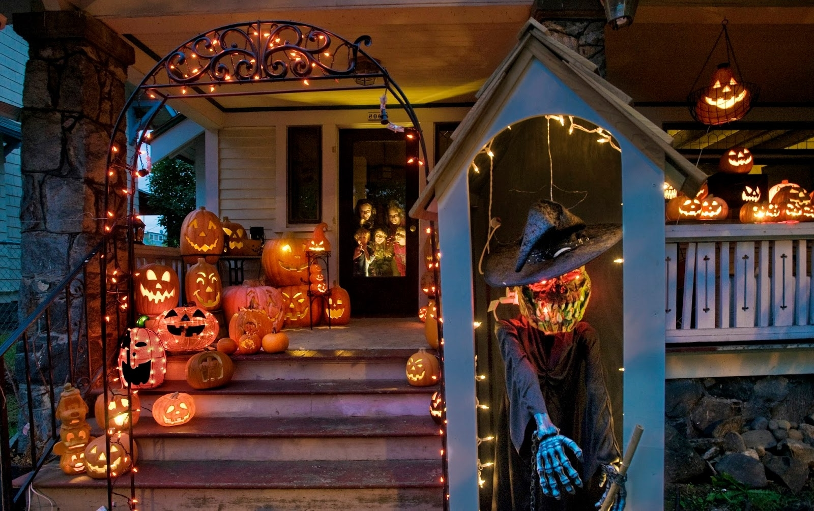 Outdoor Halloween Lanterns Pertaining To Popular Outdoor Halloween Lighting Ideas (View 11 of 20)