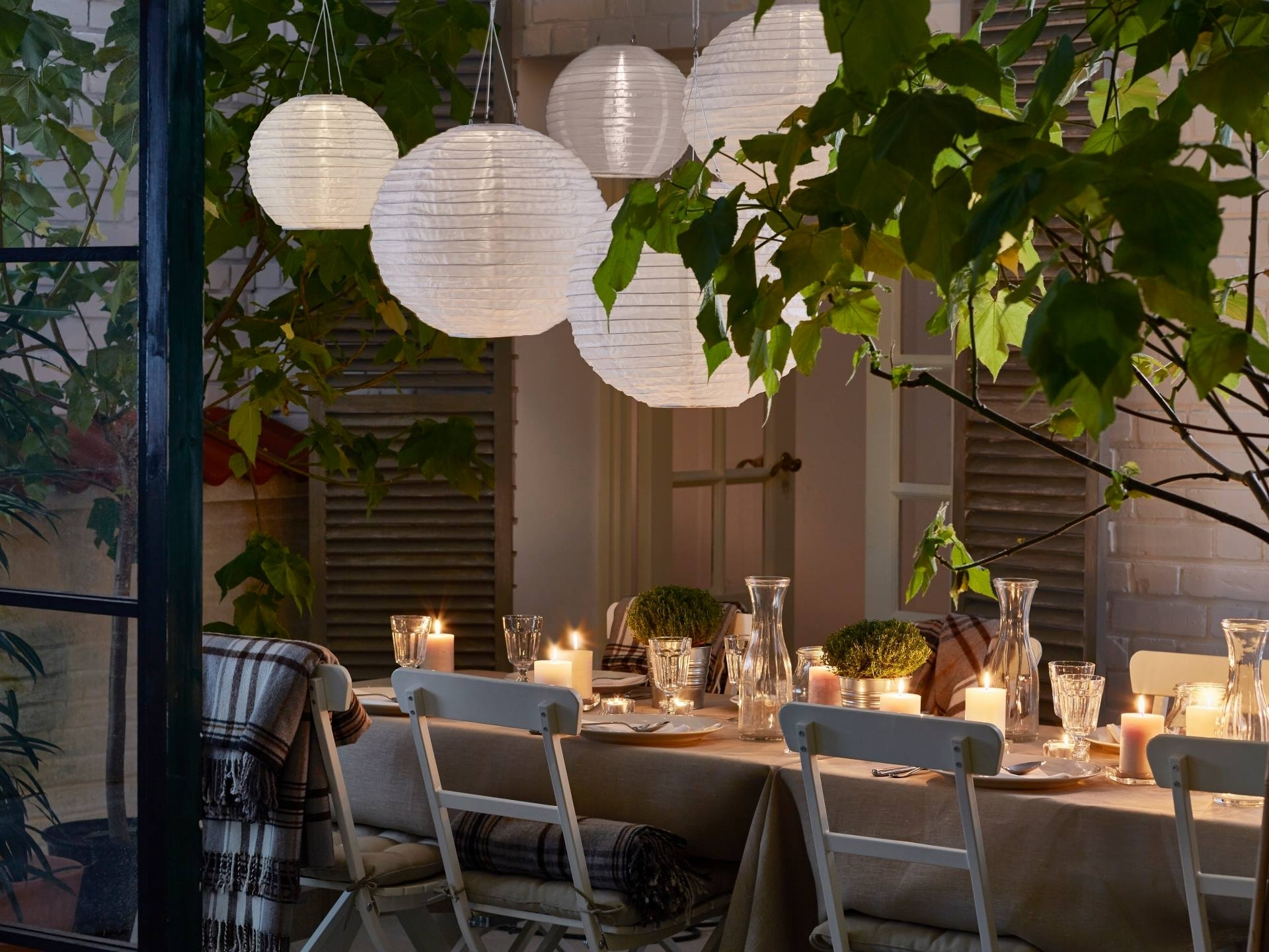 Well Known 10 Ways To Decorate With Paper Lanterns With Outdoor Dining Lanterns (View 18 of 20)