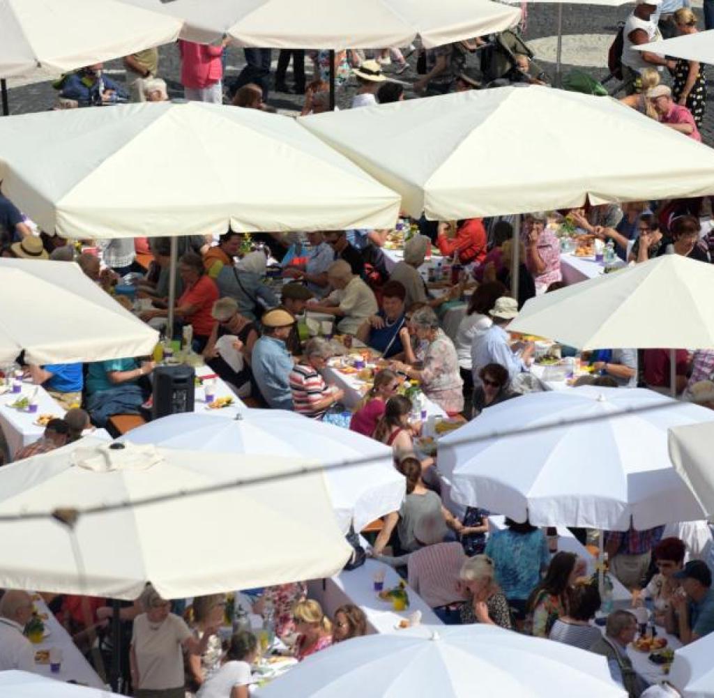 Famous Abkühlung Pünktlich Zum Friedensfest In Augsburg – Welt Pertaining To Hatten Market Umbrellas (View 13 of 20)